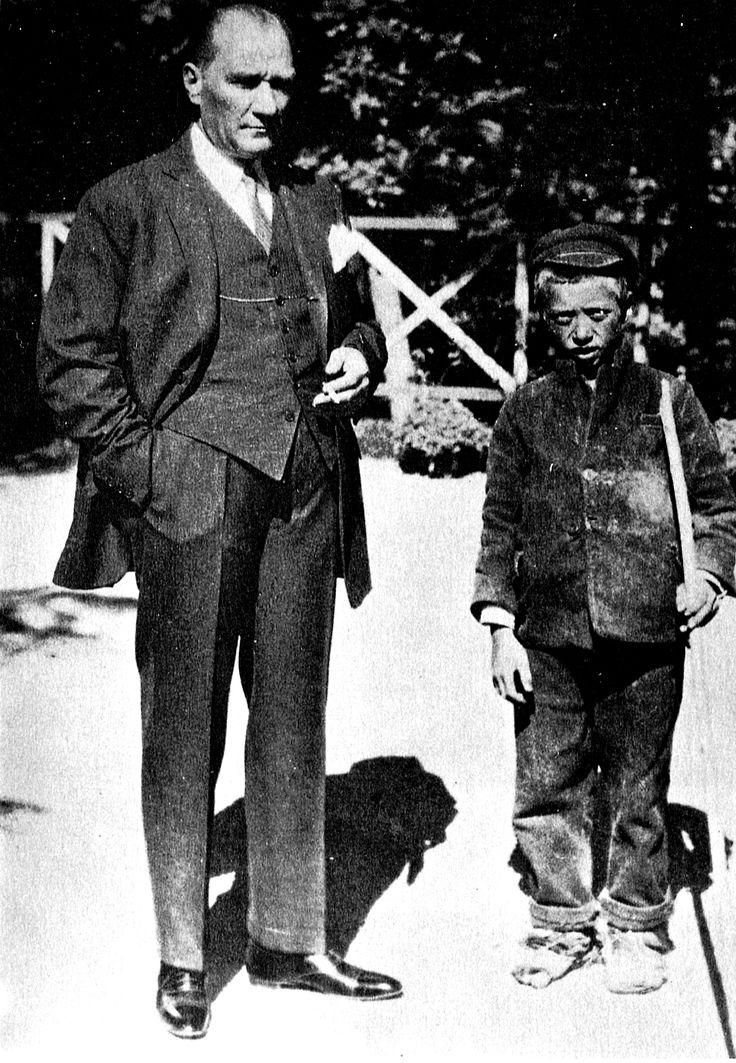 Sığırtmaç Mustafa Yalova'nın köyünde bir çoban olan Mustafa'ya Atatürk atla gezintiye çıktığı sırada rastlamış ve evlat edinmiştir. Sığırtmaç Mustafa tıpkı manevi babası gibi asker olmak istemiş, Kuleli Askeri Lisesi ardından Harp Okulunda okumuş ve subay olmuştur.