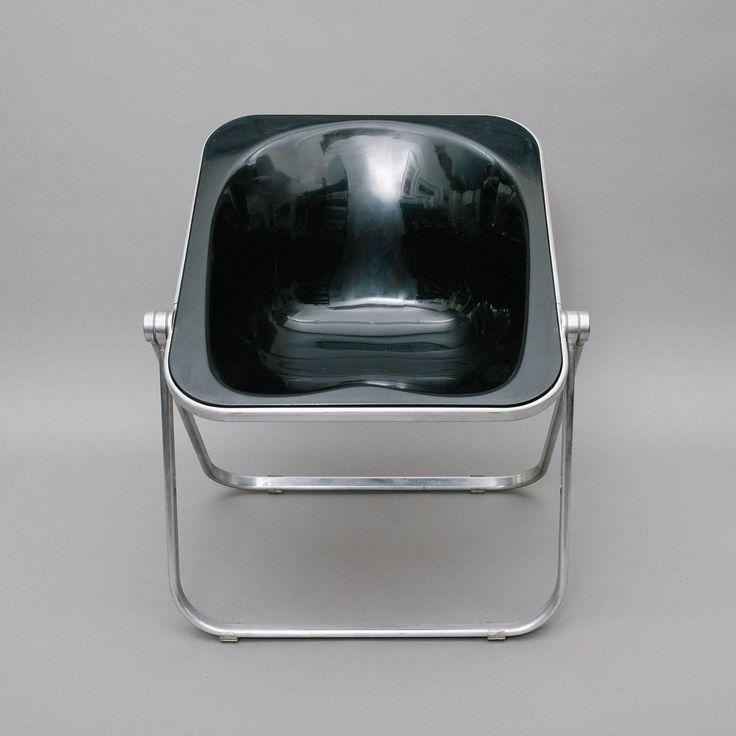 Sedia poltroncina disegnata da Giancarlo Piretti per Anonima Castelli. Struttura in alluminio lucidato e seduta con scocca in plexiglass nero.