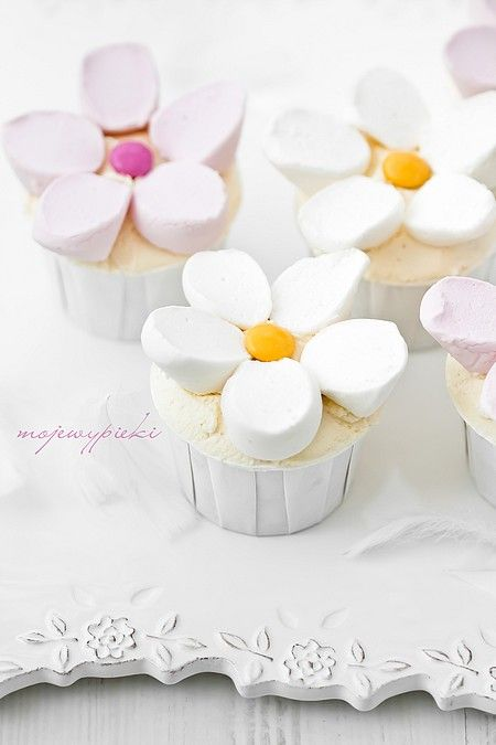 Cupcakes with marshmallow flowers. What a fantastically easy cake decorating idea for children's parties.