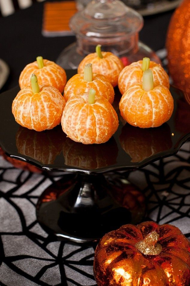 "Clementine ""pumpkins"" - a healthy fall snack #halloween #healthysnacks #pumpkins"