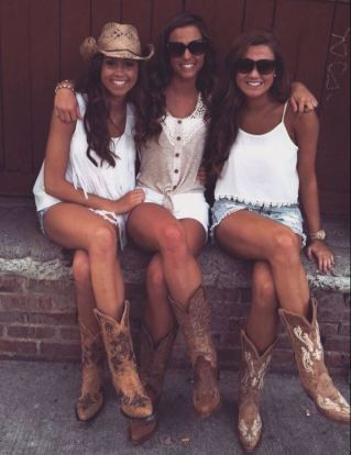 These cute and cheap cowgirl boots are perfect for country concert outfits!