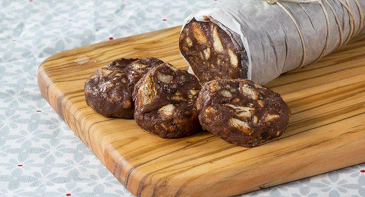 Squisita ricetta per Salame di cioccolato preparato con Latte Condensato Nestlé, biscotti savoiardi, cacao amaro e n pizzico di cannella macinata.