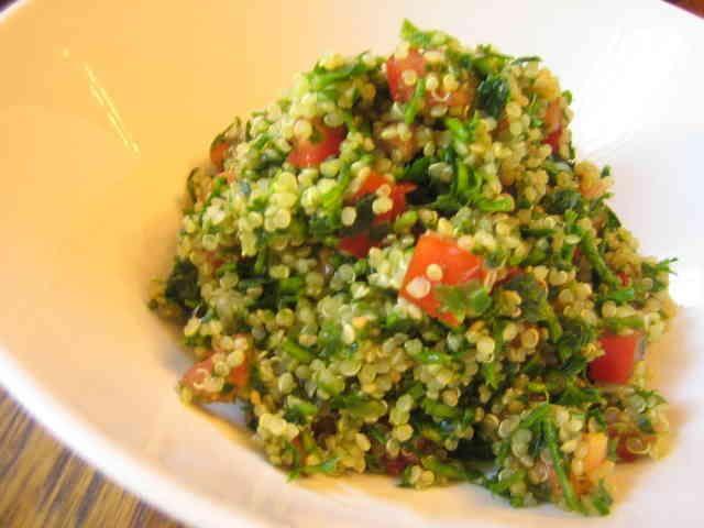 キノアタブリ(中近東のパセリのサラダ) パセリがたくさん食べられます。油分ナシ、栄養価の高いキノアが入っているのでダイエットにも最適。 トレピアンテ   材料 パセリ(みじん切り) 2カップ キノア(乾燥) 1/2カップ トマト 1個 たまねぎ 1/2個 レモン汁 大さじ2 クミン 小さじ1/2 塩 小さじ1/3 こしょう 適宜 作り方 1 キノアを塩をして沸騰させた水で茹でます。半透明になって輪が見えてきて土星のようになったらざるに上げる。 2 トマトと玉葱は小さなダイスに切る。パセリはみじん切りにする。 3 すべての材料を混ぜ合わせる。できあがり。 コツ・ポイント ふつうは挽いた小麦を使いますが、私はキノアのぷつぷつした感じが好きなので、いつもキノアで作ります。クスクスでも他の穀物でもできます。ミントをきざんで入れてもおいしいです。 レシピの生い立ち 中近東では一般的なサラダ、菜食メニューが豊富なので中近東の料理はよく作ります。