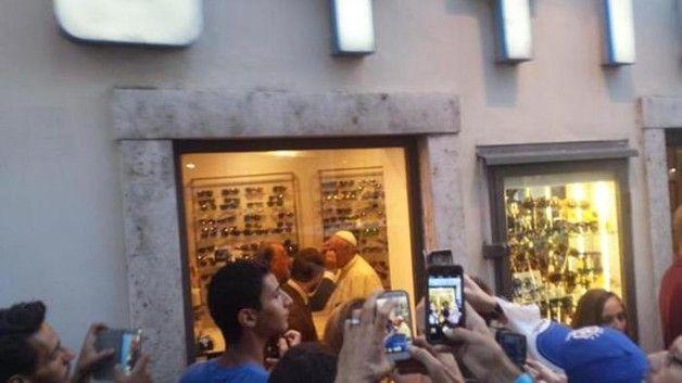 Pape François - Pope Francis - Papa Francesco - Papa Francisco - Bergoglio  in via del Babuino  per la sorpresa dei romani. «Non voglio una montatura nuova, bisogna rifare solo le lenti. Non voglio spendere. Che c'è di strano?»