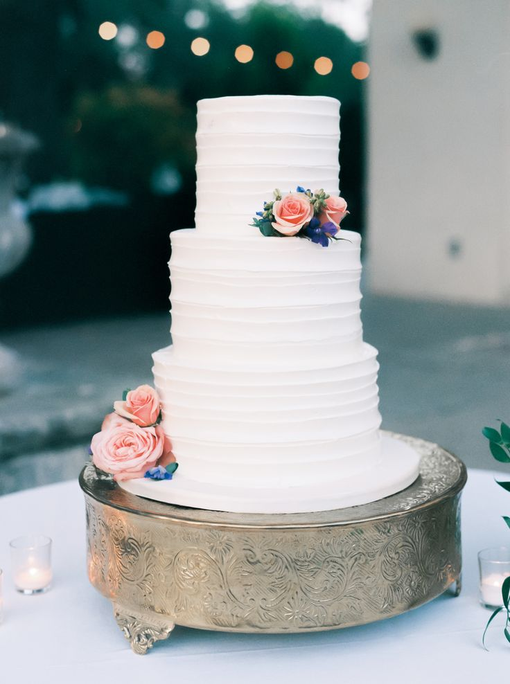 White cake with roses | Photography: Sarah Kate
