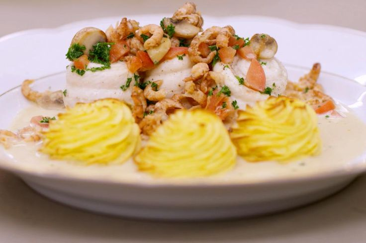 De klassieke keuken hoeft zichzelf niet meer te bewijzen. Er zijn van die gerechten die zo veel geschiedenis hebben dat ze lekker zijn in de overtreffende trap.Zeetong à la Dugléré is een visgerecht met geschiedenis en een koninklijke uitstraling. En om toch een klein beetje tegendraads te doen, voegt Jeroen er wat gebakken Parijse champignons aan toe.opmerking: De benodigde hoeveelheid tongrolletjes is afhankelijk van de grootte van de filets. Informeer bij je vishandelaar.