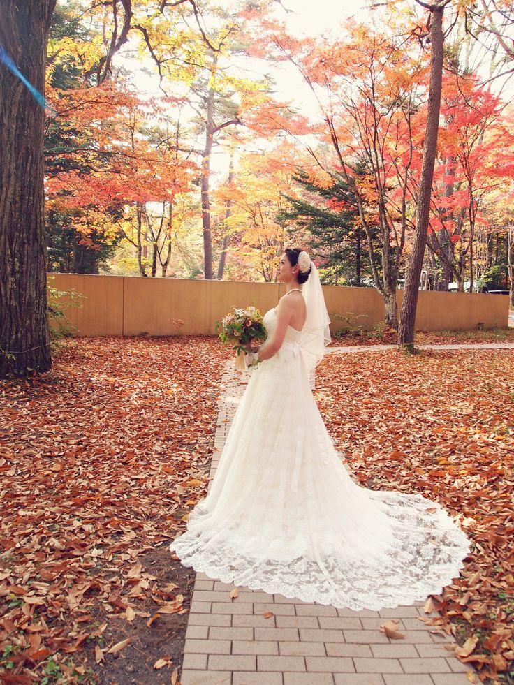 美しい紅葉が一層その教会を美しく彩る 「 軽井沢・石の教会 」にてご結婚式をされました素敵な花嫁様。 上質なレースの質感が美しいトレーンと軽やかなオーガンジーのスカートが 優しいシルエットを生み出すエレガントなウェディングドレスで・・・