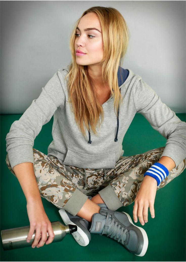 O bluză casual ultra relaxantă şi tinerească, prevăzută cu guler şic, buzunare aplicate în faţă şi o lungime de cca. 64 cm la măr. 36/38. 60% bumbac, 40% poliester