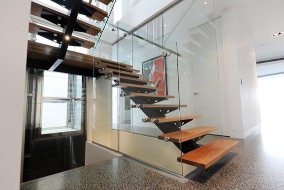 Modelo Topázio com corrimão retangular por dentro do vidro, fixados por suportes Elite-vidro