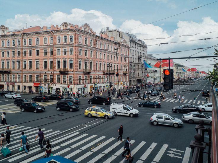 Перекресток  Невский проспект - центральная артерия Петербурга, улица которая двигается намного быстрее города и горожан