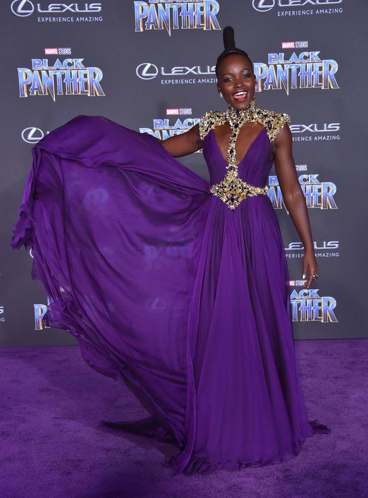 Anoche tuvo lugar el estreno de la nueva película de Marvel, Black Panther, en Los Ángeles. Allí no faltó ninguno de los actores que dan vida a los personajes de la película, incluyendo a una de nuestras favoritas de alfombra roja. Lupita Nyong'o siempre sabe deslumbrar en la red carpet y llevarse todo el protagonismo, desde el verde metalizado de Star Wars hasta la sirena plateada de los premios SAG. Pero nunca, jamás, la vimos tan espectacular como hoy.