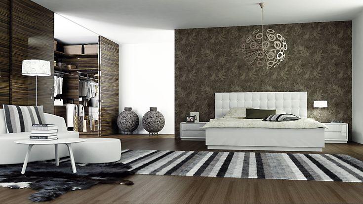 Ložnice Viena. Nepřehlédnutelná manželská postel s čalouněným bílým čelem je dominantou ložnice v zemitých tónech. Noční stolky zapadají do celkové pojetí.
