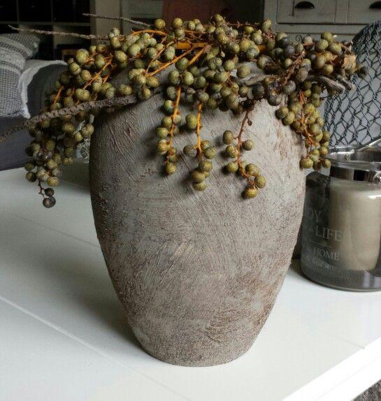 Nog een oude vaas bewerkt met muurvuller en verf, mooi met dadeltakken.