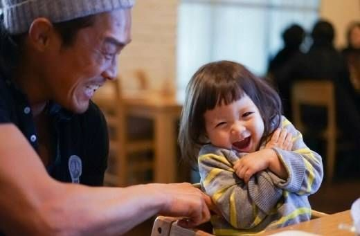 Choo Sung Hoon and his daughter Choo Saranghave been chosen as the new endorsement models forchildren's bandage brand 'EasyDerm' and will be donating their entire earnings from their latest endorsement deal to multicultural families in need.