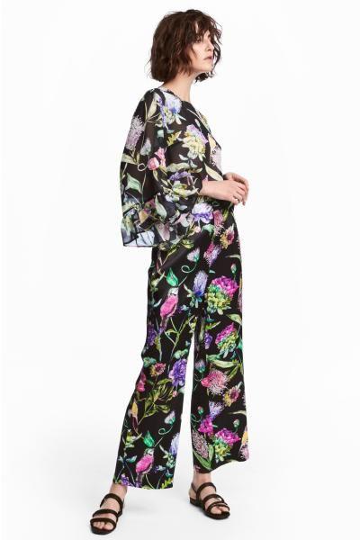 Vide bukser i vævet viskosekvalitet med trykt mønster. Bukserne har høj talje og lige, ankellange ben. Sidelommer og paspolerede lommer bagpå. Gylp med skju