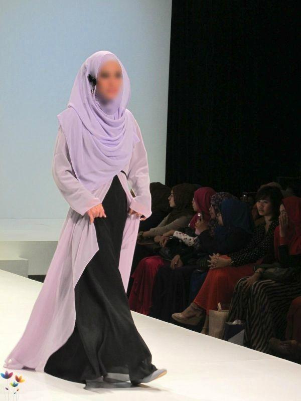 Базирующийся в Нью-Йорке Совет по исламской моде и дизайну (IFDC) в настоящее время ведет работу над внедрением программы о скромной мусульманской моде в ведущих школах дизайна по всему миру.