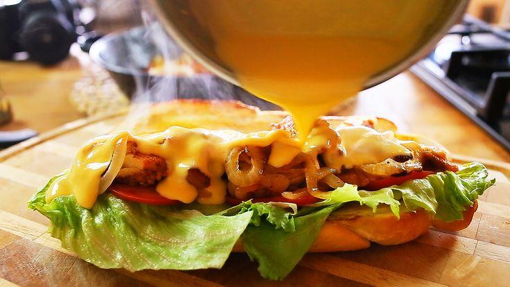 Vannak olyan alap mártás receptek, amit minden konyhában közlekedő embernek kötelező ismernie. Az egyik ilyen sokoldalúan felhasználható szósz a sajtszósz, amihez csupán egy darabka cheddar sajt, egy kicsi kukoricakeményítő és tej kell, viszont nagyon nem mindegy milyen arányban. Zé most megmutatja…