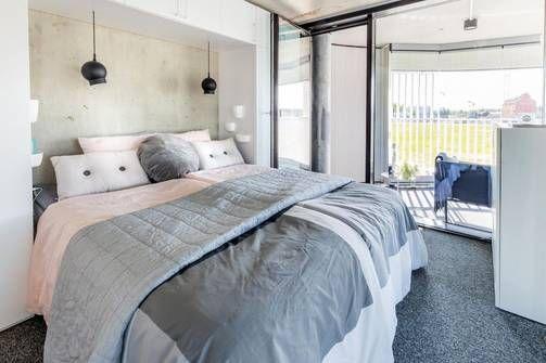 Tämä loft-asunto on toteutettu teollisuustyyliin. Kokolattiamatto ja hempeän sävyiset vuodevaatteet yhdistettynä rouheaan betoniseinään tekevät huoneesta sekä ajanhenkisen että kutsuvan. Huomaa käytännöllinen yksityiskohta: kaapit kiertävät sängyn niin, että sänky on osittain upotettu niiden keskelle.