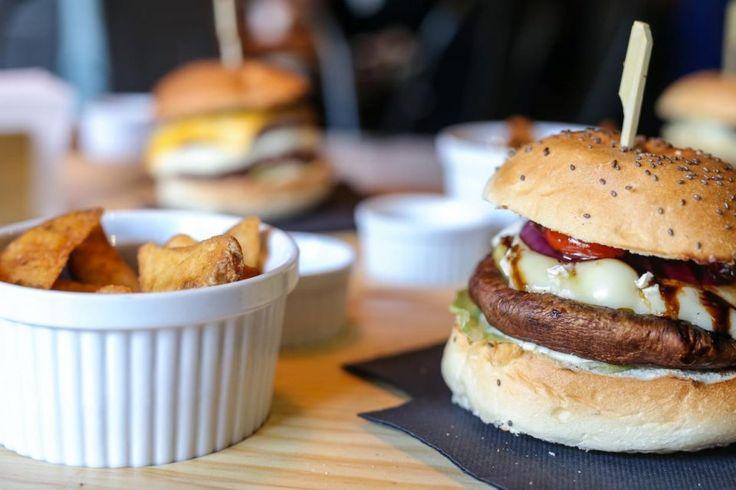 Uma decoração industrial e hambúrgueres suculentos são a receita do Dan's Finger Food & Drinks » Guimarães