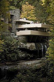 F.L. Wright, Willa Kaufmanna (Fallingwaterhouse), 1935, dom nad wodospadem usytuowany na stoku wzgórza w gęstym lesie, włączenie w plan domu wodospadu i rzeki, integracja z naturą, żelbet kamień drewno, duże okna-tafle szkła-kontakt z naturą+doświetlenie, przestrzeń dzielona meblami i posadzką-wolny plan