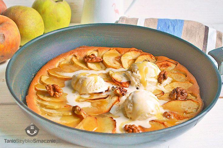 """Czy można zrobić pyszny i szybki deser na patelni? Oczywiście, np. placek jabłkowy, z tym, że patelnię wykorzystujemy nietypowo, ponieważ wkładamy ją do piekarnika. Po wyjęciu z piekarnika lekko studzimy danie, aby podać jeszcze ciepłe z gałkami lodów i polane sosem karmelowym. Sprawdzony przepis z bloga """" Tanio Szybko Smacznie """"."""