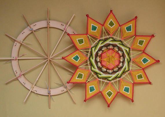 Aparato universal para 6, 8, 12, Asamblea de mandalas de 16 puntas y mandalas tibetanos también. Perfecto para palos largos 15-20 pulgadas (40-55 cm). Tamaño: 11 pulgadas (28 cm) diámetro Materiales: * 6 m m madera contrachapada, * 16 fijación lazos duraderos. Busque tutoriales en