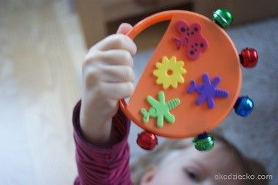 Tamburino zrobione z plastikowej pokrywki i dzwoneczków Tambourine made of a plastic cap and bells diy