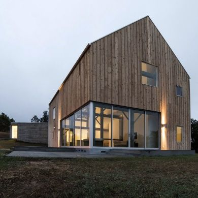 Sebastopol Barn House: Location: Sebastopol, CA, USA Year of Construction: 2014  Architects: Anderson Anderson Architects  This classic barn form is comprised of timber that has been reclaimed and refurbished from a barn in New York and then repurposed into this beautiful building with modern touches.