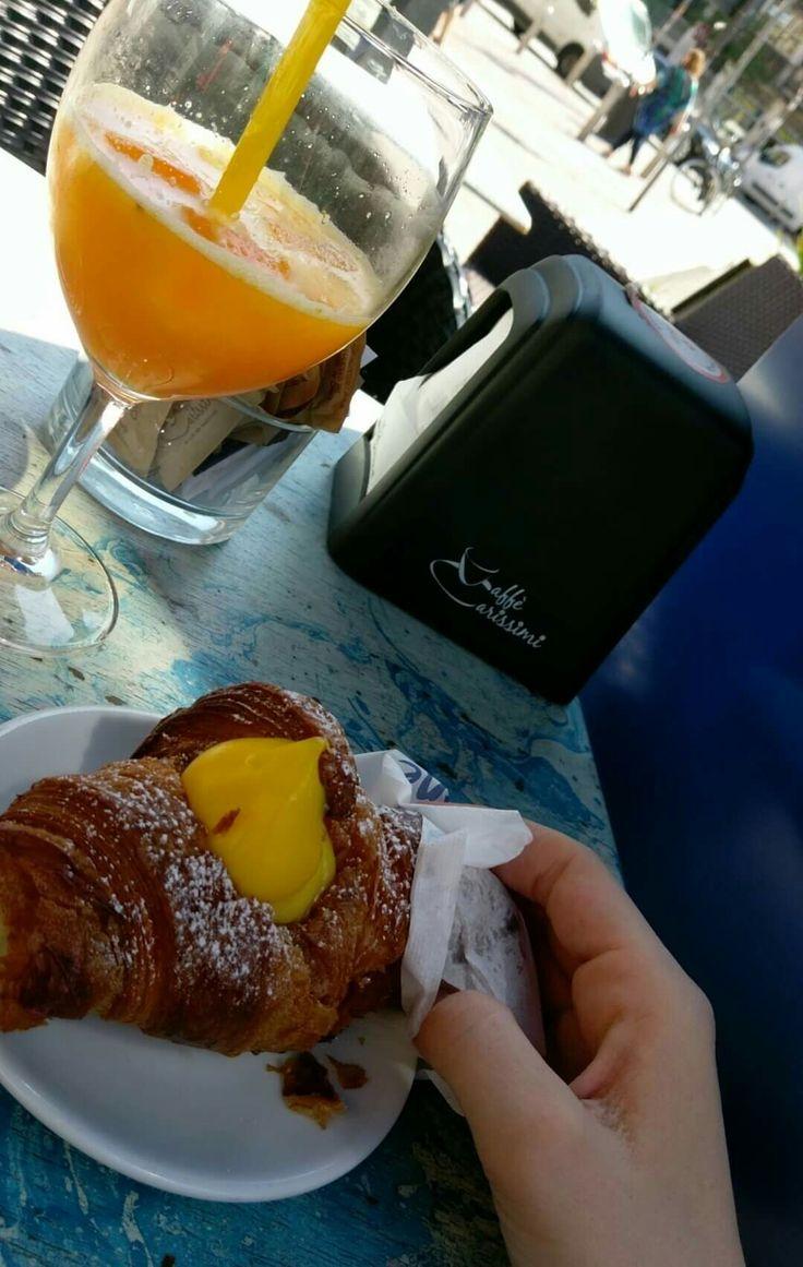 Cornetto alla crema e spremuta d'arancia #italia #food