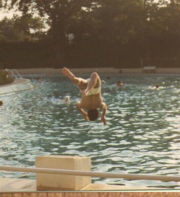 Köpper rückwärts im Waldschwimmbad