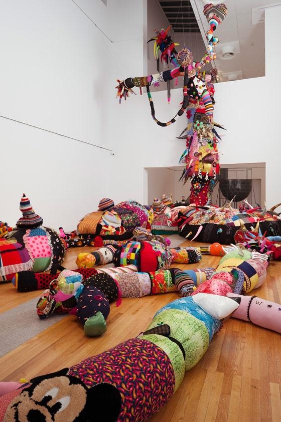Contaminação, 2008-2010 . Museu Colecção Berardo, Lisboa, 2010 . Tricô e crochê em lã feitos à mão, aplicações em feltro, malha industrial, tecidos, adereços, poliestireno, poliéster, cabos de aço . Dimensões variáveis