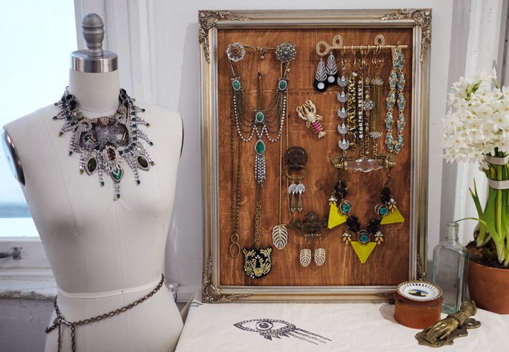 A great tutorial for stylish jewelry storage you can make yourself from a vintage frame and hardware.