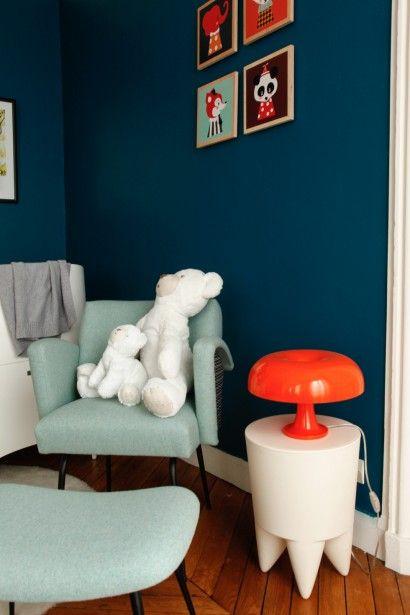 coin salon enfant bleu lampe orange sur petite table basse design blanche the socialite - Chambre Orange Et Blanche