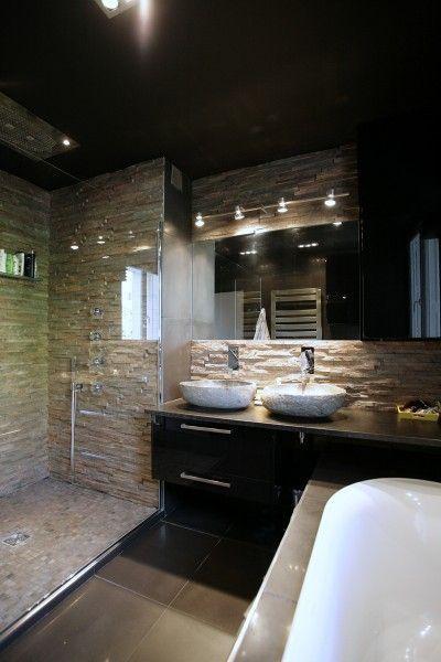 Salle de bain avec mur en pierre naturelle maison pinterest murs de pierre pierre for Maison contemporaine italienne