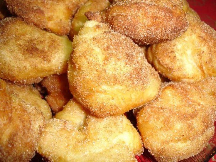 Les rêves de Noël sont faites à partir de farine, eau, sucre, œufs, beurre, citron et sont saupoudrées d'un mélange de sucre et de cannelle.