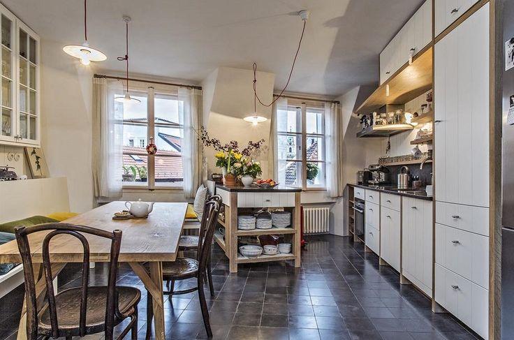 Jediným atypickým designem je jídelní stůl, který navrhli i vyrobili synové Jakuba Ciglera. Vše ostatní vyrobil na míru prostoru truhlář z Podkrkonoší.