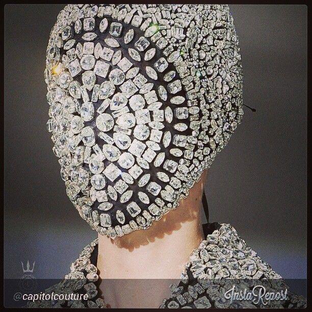 Ювелирный Магазин http://magazinzoloto.com/ Это была коллекция всех алмазов - кроме сочетании классического жемчужное ожерелье с футуристическим 3D символ. Другая часть использованы плоские розовые бриллианты, делая что-нибудь, но кричащий монограммой.
