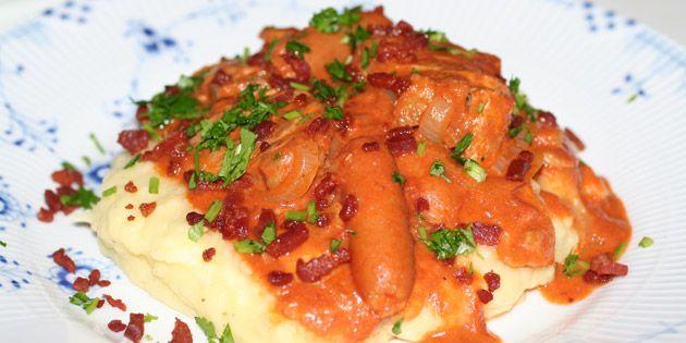 God og gedigen mørbradgryde med både svinemørbrad, cocktailpølser og bacon i himmelsk paprikasovs.