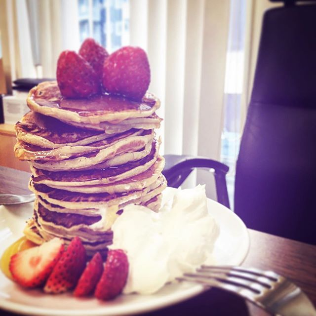 BOSSのお誕生日を寿ぐ部下たち。 BOSS, Happy Birthday 🎈🎉 🎂  Cake is made by CHI-canteen and her friends:) #chicanteen #happybirthday #boss #birthdaycake #birthdaypancakes #pancakes #bosch #handblender #msm #homeappliances #kitchentools #pancakeparty #誕生日プレゼント🎂 #誕生日ケーキ #誕生日 #プレゼント #スウィーツ #フーディー #foodies #bake #bakestagram #生クリームには #ラム入れろ🥃 #ボスが #いつ帰ってくるか #分からんから #常に #臨戦態勢 #パンケーキ #パンケーキタワー  Yummery - best recipes. Follow Us! #kitchentools #kitchen