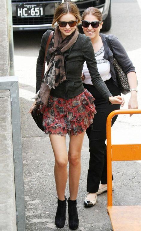 ミランダ・カーは花柄でキュートに♡人気・おすすめ・トレンドのフレアミニスカートのモテコーデ一覧♡秋冬 ファッションのフレアスカートの着こなし参考例を集めました♡