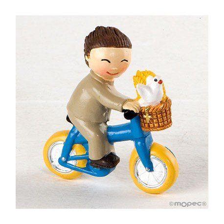 Regalos Comunión: simpático imán realizado en resina y que presenta una niño con traje beige, montado en bici. #comunion #regalosoriginalespersonalizados  #detallescomunion
