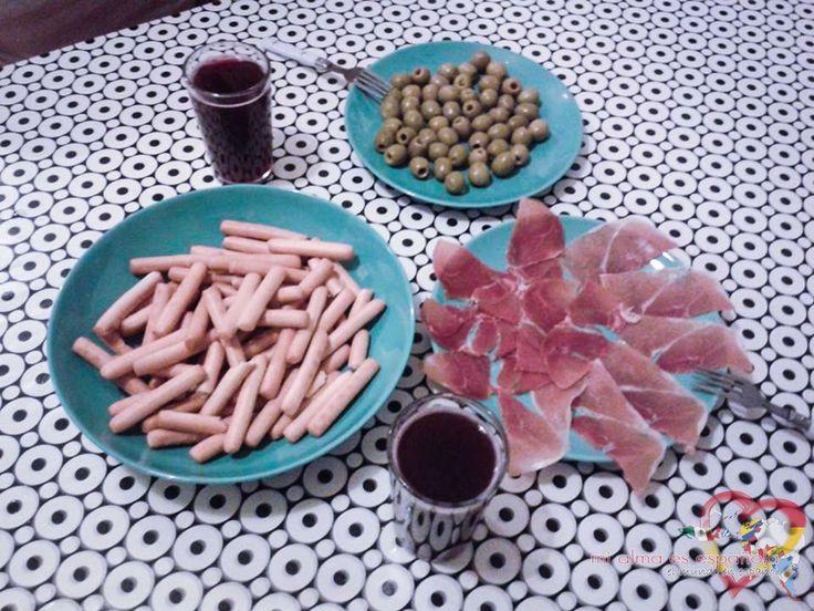 Tapeando en Granada (Andalucía, España). Jamón ibérico, aceitunas y picos. ¡Me encantan!  #Spanishfood #tapas #jamon #aceitunas #comida #Spain