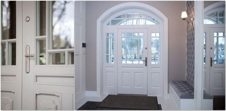 Ujęcie od wewnątrz drzwi dębowych, zewnętrznych z bocznymi skrzydełkami oraz naświetlem. Drzwi ozdobione płaskorzeźbami, dwukolorowe. Od zewnętrznej strony szarość, a od wewnętrznej biel, która harmonizuje z resztą wnętrza. Oak exterior doors, gray outside, white inside, relief and glass