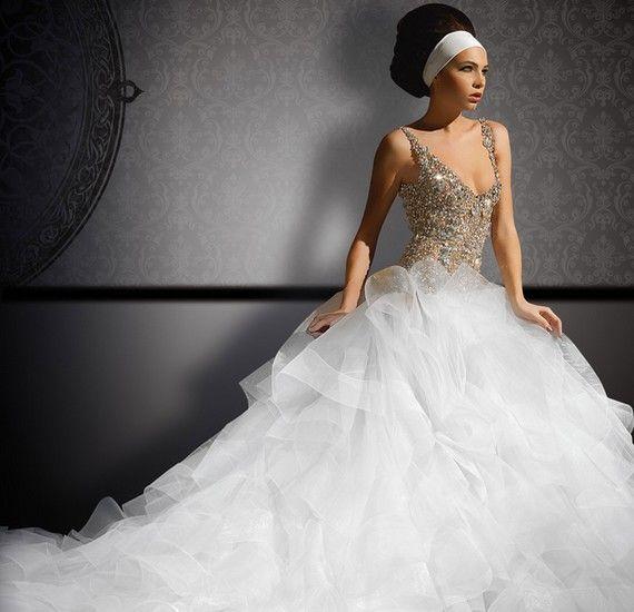 A felső rész színes, csillámos és kihívó mivoltát a hatalmas, habos fehér szoknya jól ellensúlyozza.