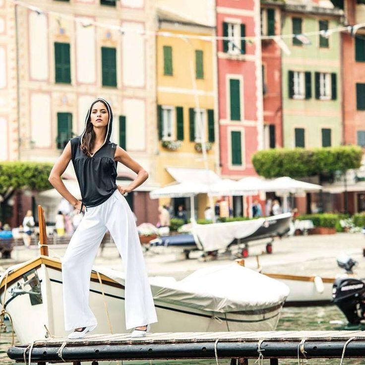 Φαρδιά λευκή παντελόνα, άνετο τοπ με κουκούλα & μπαλαρίνες 3PRO, για να δημιουργήσεις το πιο Italian chic look από την FREDDY γι αυτό το καλοκαίρι! Χάρη στην αποκλειστική τεχνολογία ρύθμισης ιδρώτα D.I.W.O.®(Dry In Wet Out) νιώθεις μοναδική άνεση & style!