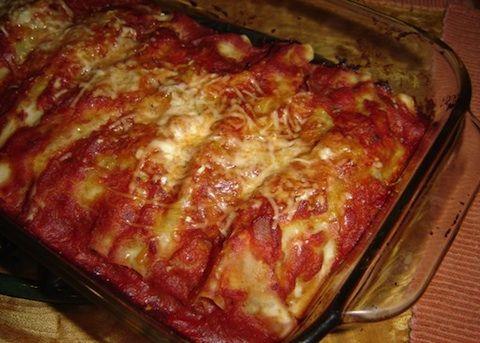 I cannelloni con melanzane e ricotta si preparano velocemente con la pasta per lasagne che verrà prima scottata, poi farcita con un composto di melan...