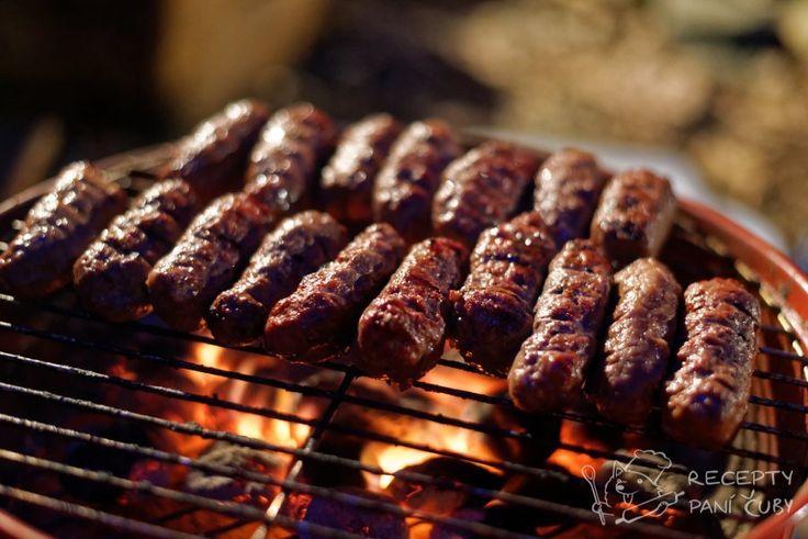 #recept #cevapi #Čevapčiči nebo prostě #čevapi jsou tak naprosto nádherný a jednoduchý jídlo. Zcela narovinu říkám, že nejlepší je dělají někde v hospůdce na Balkáně…ideálně s nějakou domácí pálenkou.  Člověk tu hlavně nesmí vošulit kvalitu masa a koupit kdejakou kejdu ve slevě nastříkanou na červeno s datem expirace pět let. Břicho a potravní potrubí by vám to nepěkně vrátilo na dětech. #maso #jídlo #gril