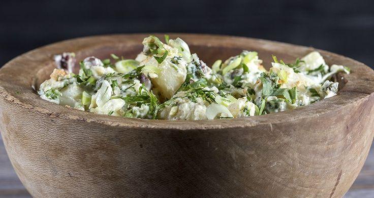 Πατατοσαλάτα από τον Άκη Πετρετζίκη. Μία εύκολη συνταγή για την πιο νόστιμη πατατοσαλάτα με μαγιονέζα που έχετε δοκιμάσει. Η ιδανική σαλάτα για κάθε σας γεύμα!