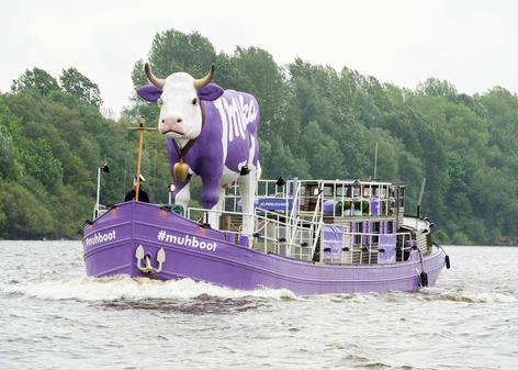 Die Milka Kuh mit eigenem Boot.....