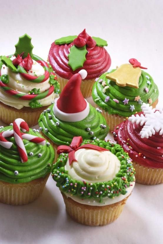 Ecco una raccolta di cupcakes che rappresentano i simboli tipici del Natale: la ghirlanda, i bastoncini di zucchero bianchi e rossi, il fiocco di neve, la campana, l'agrifoglio e il cappello di Babbo Natale!